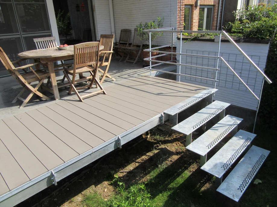 metalen terrasconstructie met korte trap