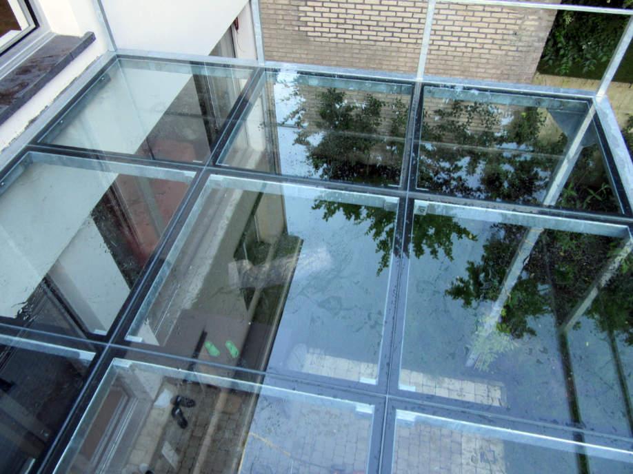 metalen terrasconstructie met glas