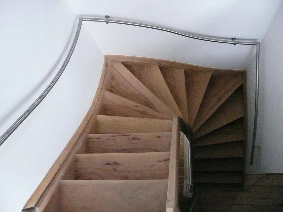 metalen balustrade houten binnentrap
